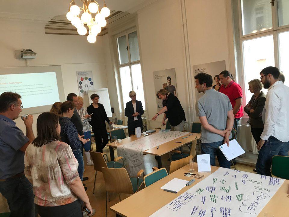 World Café treffen wo intensiv über Themen, Formate und Kommunikationskanäle diskutiert wurde